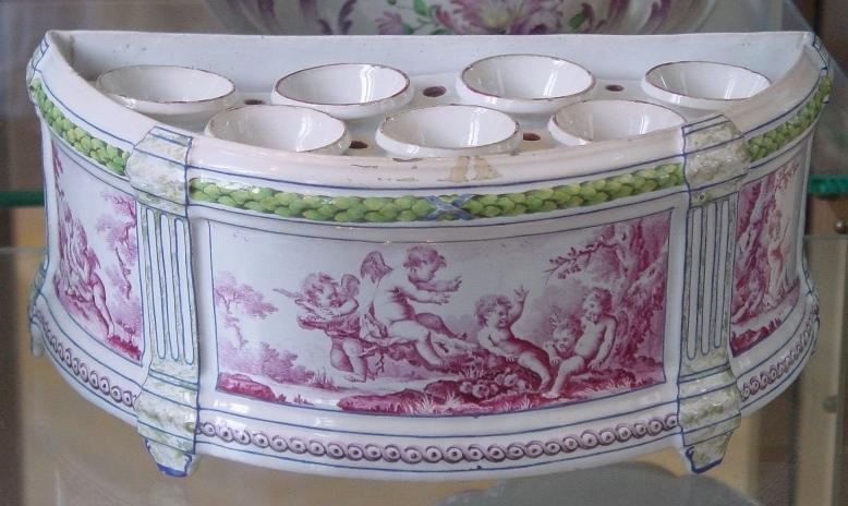 1 A Sceaux Faience Caisse à Oignons (flower Bulb Pot), C. 1766 68, With  Putti Decoration In Camaïeu Rose By Fidelle Duvivier. H 12.5 Cm, L 19 Cm.